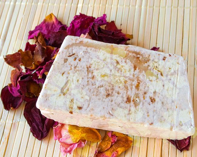 Jabón natural artesano y exfoliante de pétalos de rosas con rosa mosqueta de Cosmética Natural 100x100