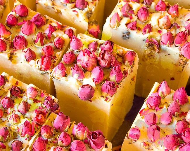 Jabón natural artesano con capullos de Rosas y manteca de Karité con Rosa Mosqueta de Cosmética Natural 100x100