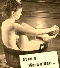 Foto antigua de mujer lavándose
